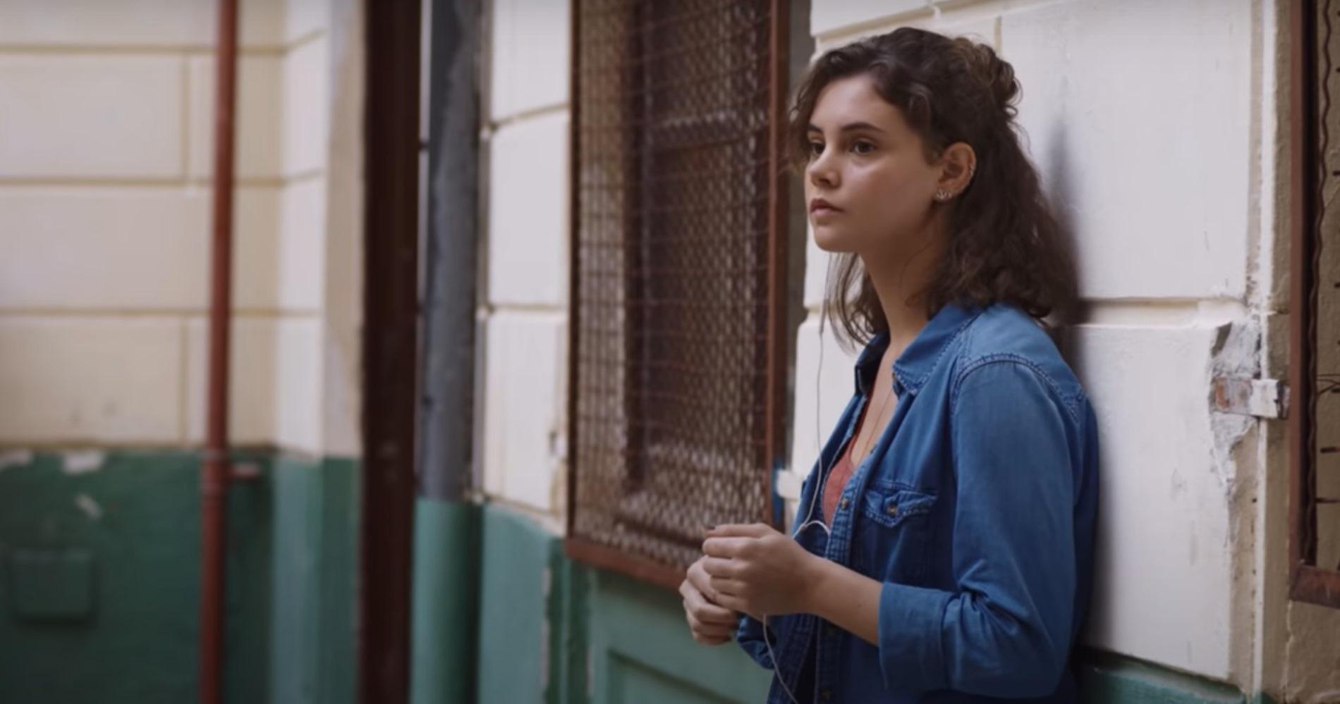 """<span class=""""entry-title-primary"""">Intervista a Elvira Camarrone, la star del nuovo film Netflix """"Sulla stessa onda""""</span> <span class=""""entry-subtitle"""">""""Molto più di un teen drama"""", è così che Elvira definisce Sulla stessa onda, il nuovo progetto Netflix tutto italiano in uscita il 25 marzo.</span>"""